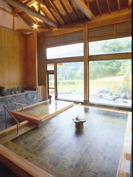 宿泊者専用大浴場「ガラティア」の総檜風呂の一例