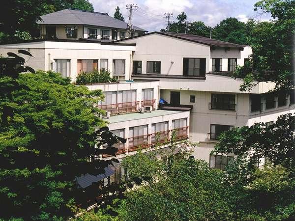 *二岐川・渓谷に沿って立つ湯宿「柏屋旅館」