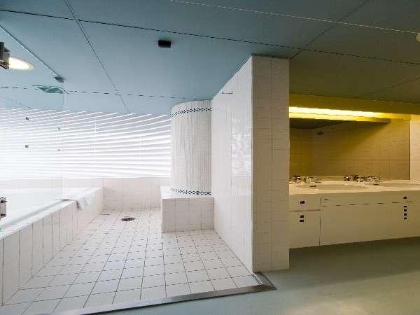 ☆スイートバスルーム☆ 白のタイルを基調としたバスルームは清潔感を感じさせる。