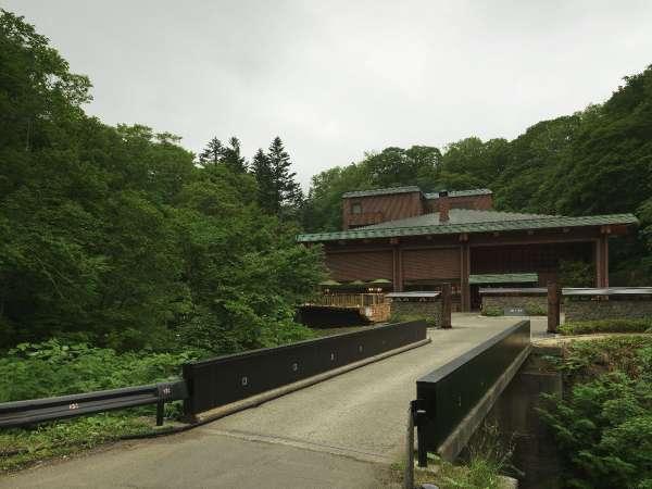 外観/ホテル前には、当館お客様専用の橋がございます。この橋を通ると、ここから寛ぎの時間が始まります。