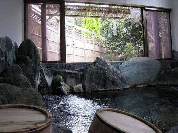*[岩風呂/温泉]岩風呂からは中庭の景色を眺めておくつろぎいただけます(※夜22時まで)