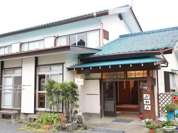 *[外観]城ヶ崎海岸駅から徒歩15分ほど。閑静な別荘地のなかにある昔ながらの民宿です。