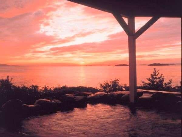 絶景とうたわれる夕日を露天風呂から堪能。