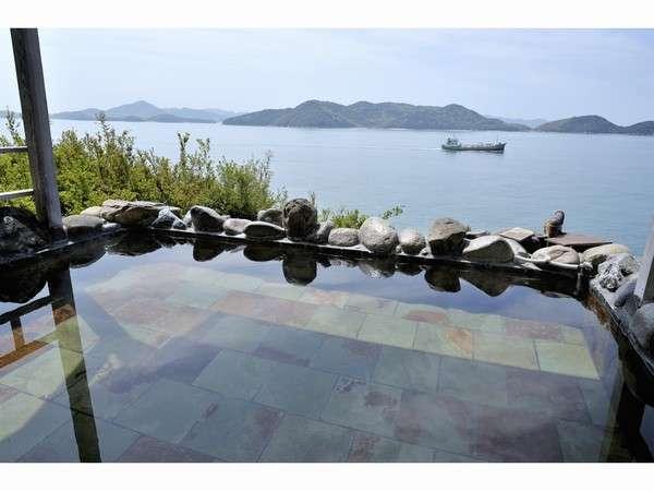 露天風呂からは瀬戸内海を行き交う漁船や、瀬戸内の小島がご覧いただけます。