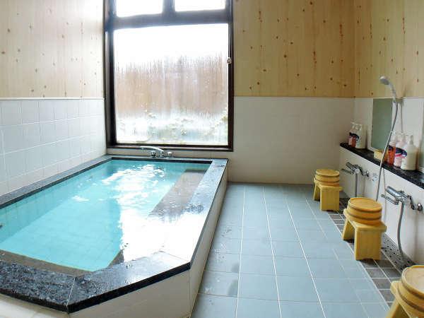 *【風呂/男性用】3~4名がご入浴できるスペースを備えております。