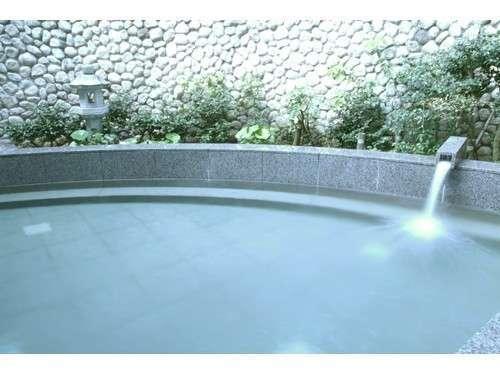 推古天皇の時代に湧出したと伝わる長野温泉 露天風呂が風情と開放感を与えます。