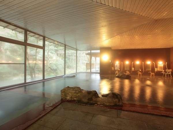 【大浴場】すぐそばには鶴仙渓。ガラス張りの為、景色は最高。