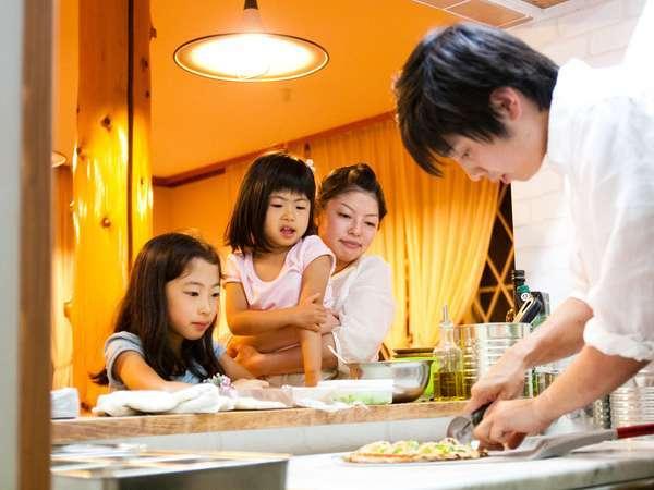 目の前で焼き上がるピザにお子様は興味津々!野菜たっぷりのピザも美味しく食べてくれています♪