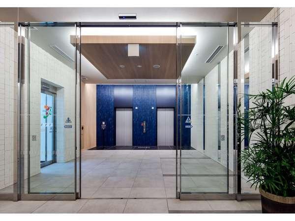 ◇ホテル入口◇エレベーターで3階フロントにお上がりください