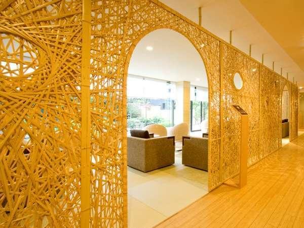 ラウンジ「お茶の間曙」竹のパーティションは別府の竹細工職人の手づくり