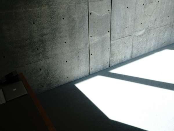 〝光と影〟のコントラストに潜む厳粛で凛とした館内。