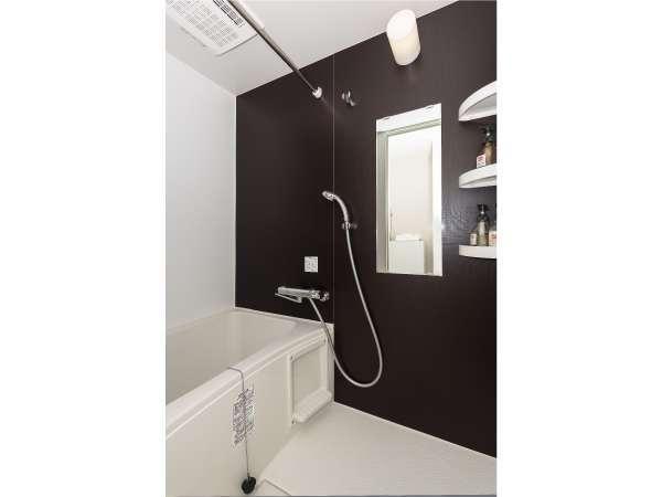 広々とした浴槽付のバスルーム