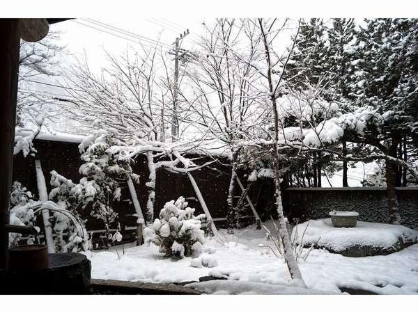冬季 貸切風呂 庭の湯から見た雪景色