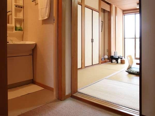 トイレ洗面所付の和室です。1階に6畳2室・8畳2室の計4室ございます。