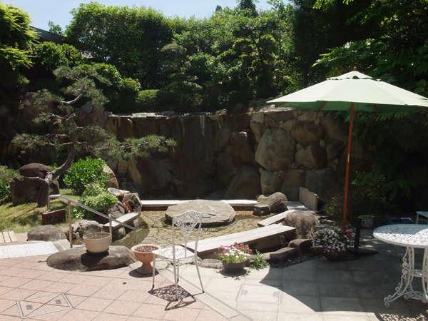【中庭】緑の風がさわやかなガーデンにある〝ほっこり足湯〟