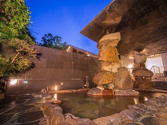 空 充秋氏造作の石積みのモニュメントを楽しみながらゆったりとお寛ぎください。