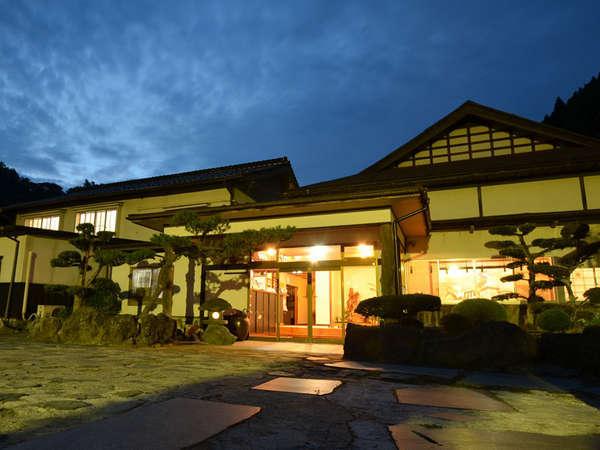 *【外観 夜】緑に囲まれた旅館で、ゆったりと休日をお過ごしください