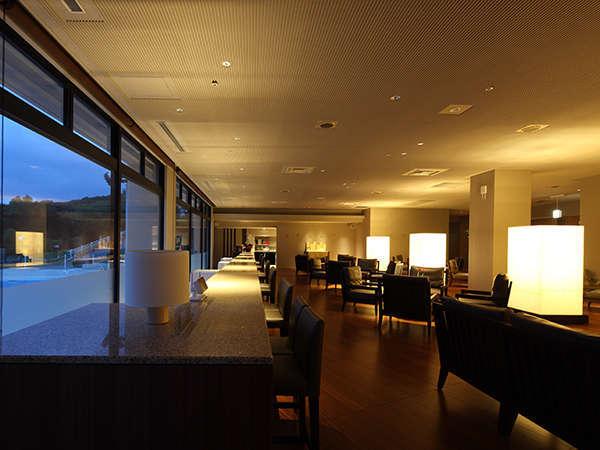 新しく生まれ変わった カフェ「樹の香」 館山湾を望むロングカウンターが特徴です。