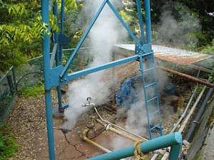 当館真横に位置する西山源泉。湯元で98度の高温泉です。