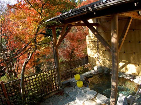 季節には、露天風呂より紅葉が楽しめます