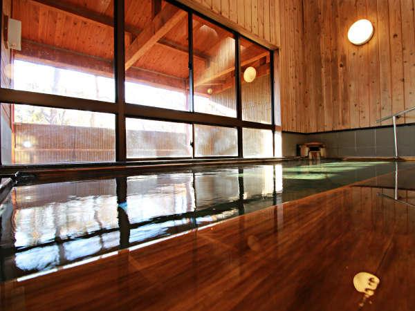 ■【白樺の湯】湯船からは四季折々の景色が楽しめ、高原の温泉の風情をかもしだします。
