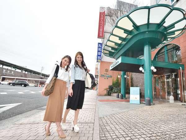 ホテル前にて(右手後方はJR別府駅)