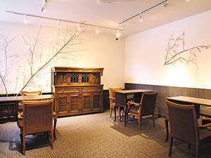 アンティーク風な家具が並ぶレセプション(フロント)