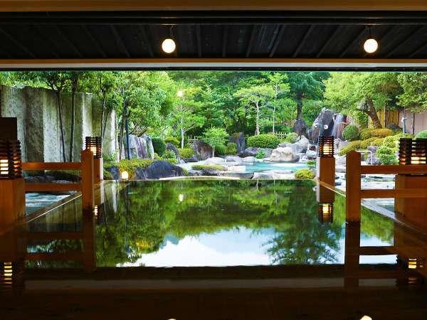 仕切りや壁のない解放感溢れる大浴場には石風呂、檜風呂、さまざまなお風呂をお楽しみいただけます。