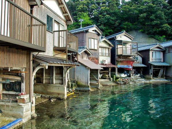 丹後半島の東端にある伊根町では、船のガレージを舟屋 と呼んでいます。