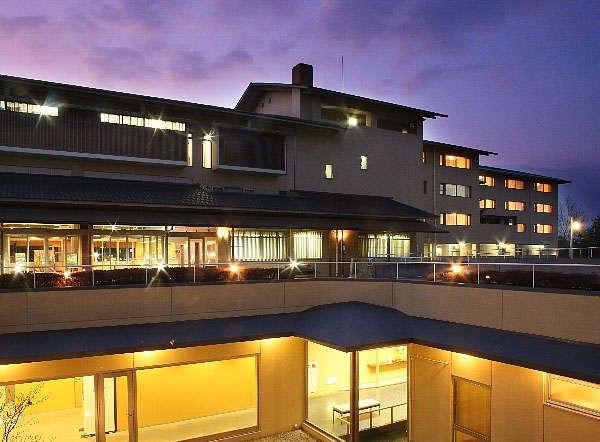 夕暮れを望むホテル本館