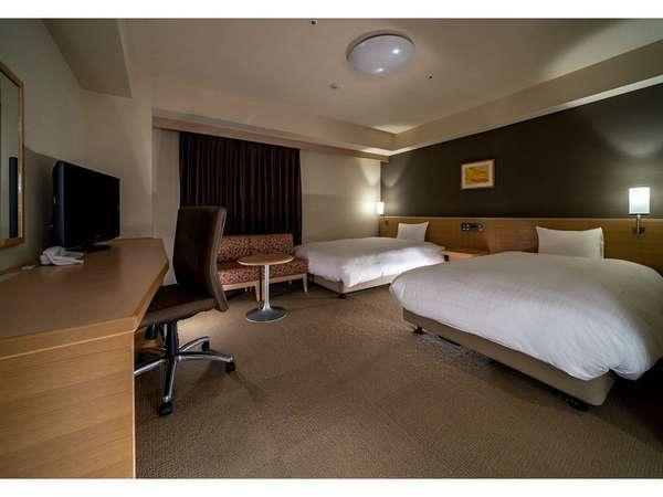 【スタンダードツインルーム】広さ30.2㎡、ベッド幅120cm×2、40型TV