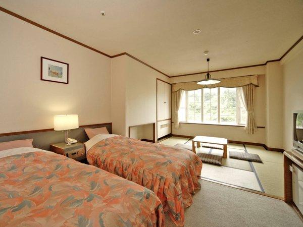 【和洋室】ツインベッドと和室を配したお部屋です。(一例)