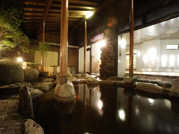【本館露天風呂】風情ある岩造りの露天風呂でゆったりとおくつろぎください。