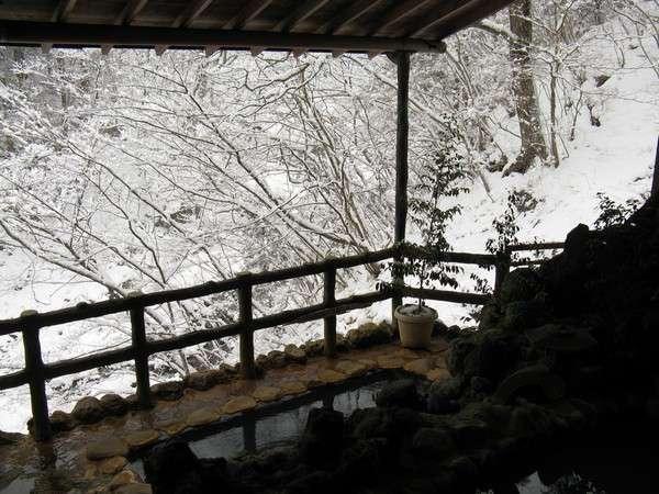 冬の季節には雪見風呂でゆったりと