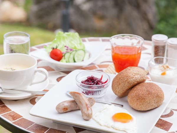 やんばる卵やアグーベーコンなど自然豊かな「やんばる」の食材を多用した朝食メニュー。