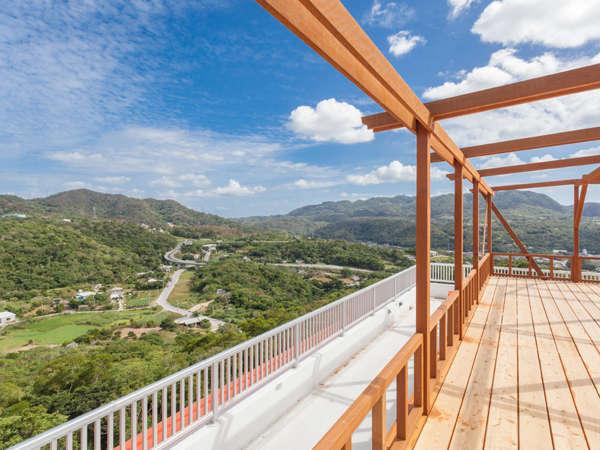 屋上の展望デッキからの風景。もとぶの豊かな山々、振り返れば東シナ海と島々が望めます。