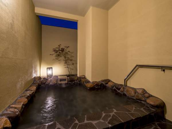 (夜)半露天風呂(男性用)2~3名でご利用頂ける広さです。