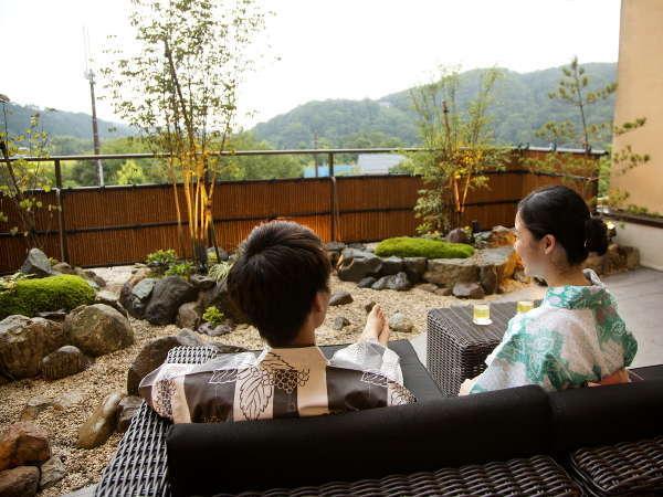 別邸-神楽-■プレミアムラウンジ■テラスではワインを片手に湯涌の自然をお楽しみ頂けます