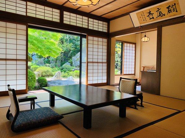 日本庭園を望む二間続きの和室(10帖+4.5帖)