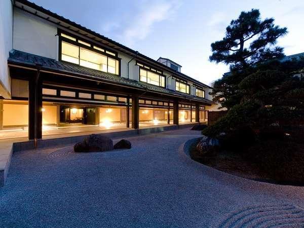 【庭園・主庭】常茂恵の庭石は、創業以来の歴史を今も刻み続ける。