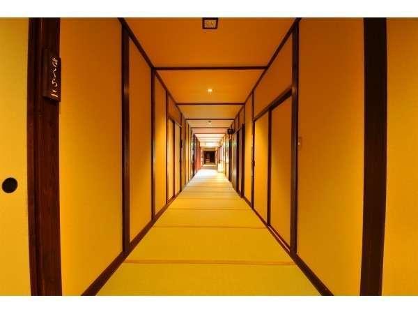 足に優しい畳敷きの廊下です