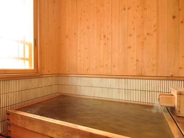 ヒノキ香る特別室の半露天風呂。眺めはサイコ~。