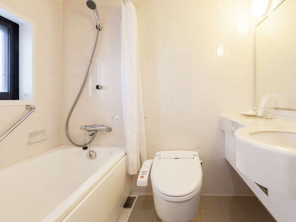 快適なバスルーム。シャンプー類、歯ブラシ、バスタオルなどアメニティ完備。
