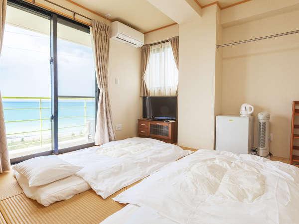 琉球畳の和室客室に、お布団でご宿泊いただくスタイル。