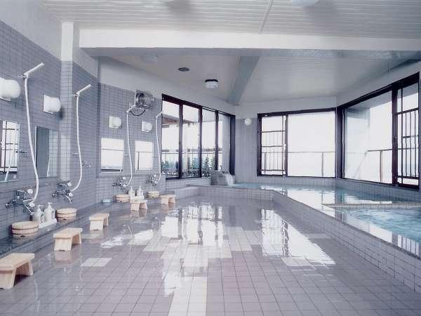 *礼文の海にそびえる利尻富士のパノラマがひろがる、大浴場と露天風呂。絶景を眺めながらのんびりと♪