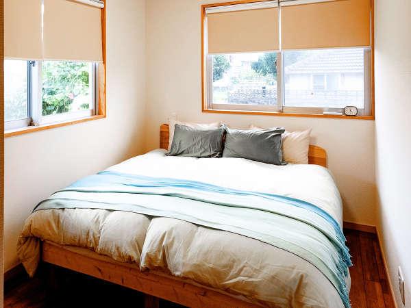 *ベッドルーム/キングサイズのベッドが1台(事前予約で布団の追加可能)