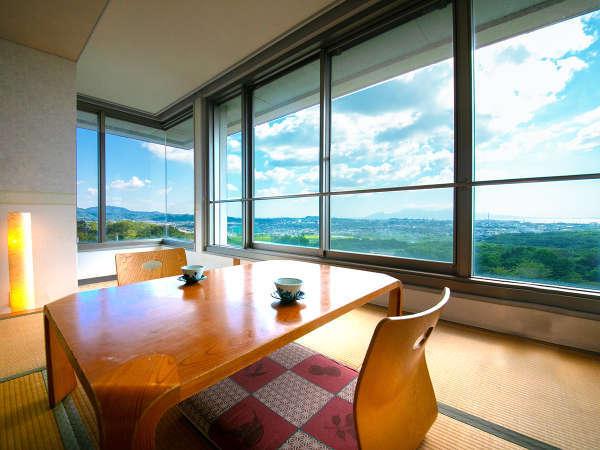 ■和洋室■広がる空や海を眺めやすい大きな窓。晴れた日は有明海の対岸に、普賢岳も見えます