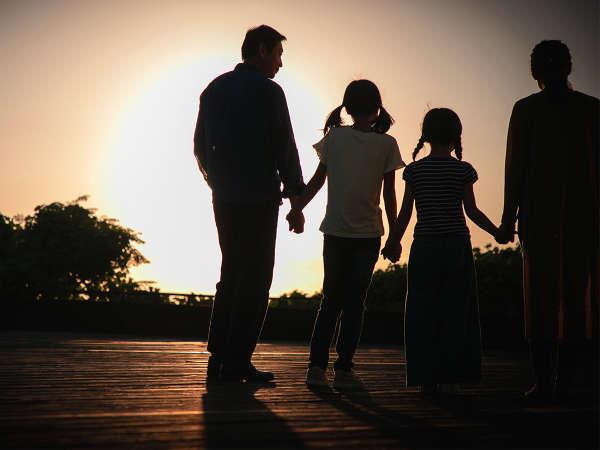 夕日を眺めるウッドデッキ。家族で見た風景は、一緒の思い出。大人になっても色あせない思い出♪