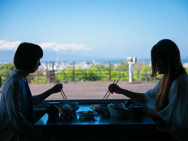 大きな窓が特徴的な食事処。景色を眺めながらの食事は最高♪