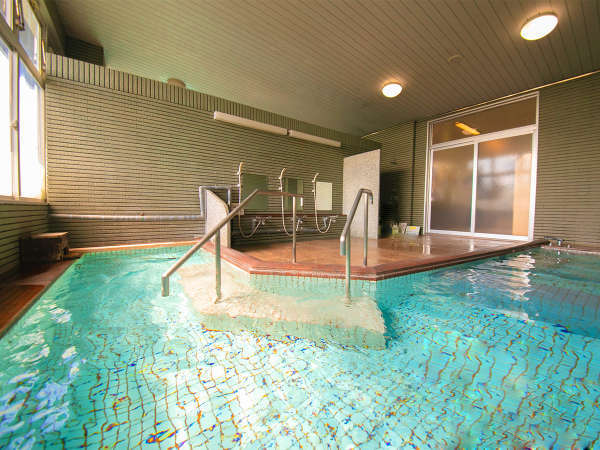 ■大浴場■無色透明の柔らかい温泉は保湿効果も高く、湯上り後もお肌の潤いを保ってくれます